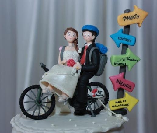 Bonequinhos de bicicleta em cima do bolo