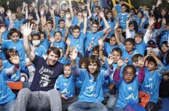 Leo-Messi-rodeado-de-ninos-en-_54358538742_54115221154_600_396